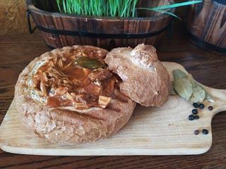 Gulasz w chlebie