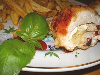 Kurczak z camembert i suszonymi pomidorami