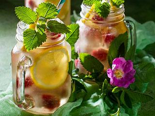 Lemoniada z malinami, cytryną i herbatą