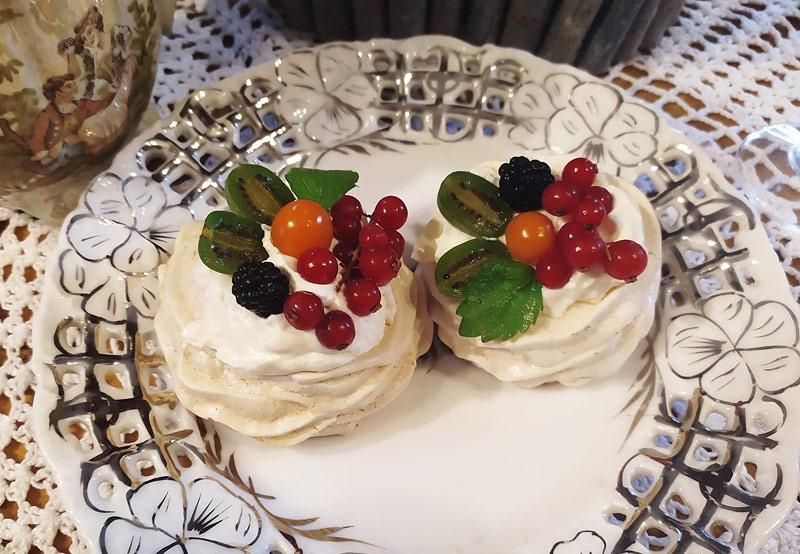 Mini bezy z kremem i owocami