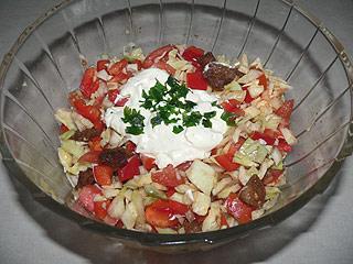 Sałatka z białej kapusty z karkówką