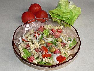 Sałatka z makaronem, tuńczykiem i pomidorami