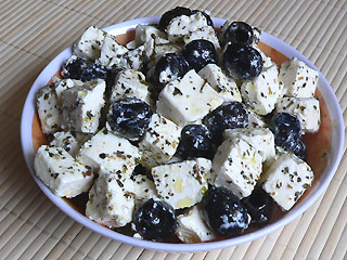 Sałatka z serem feta i oliwkami