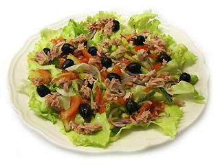 Sałatka z tuńczykiem i oliwkami