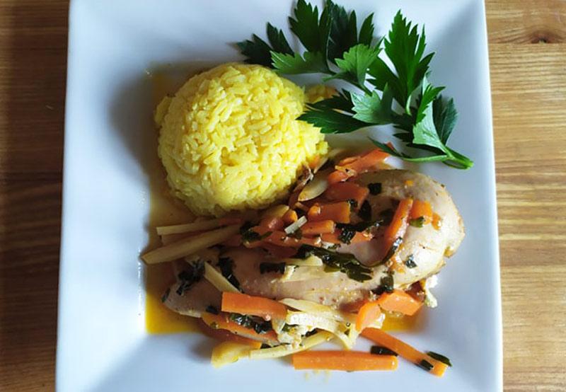 Soczysty kurczak duszony w warzywach