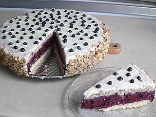 Tort z jagodową bitą śmietaną